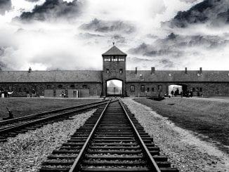 entrada de Auschwitz - Birkenau, o principal campo de extermínio nazista, lugar onde morreram mais de um milhão de vítimas do Holocausto.