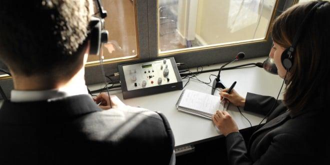A tradução simultânea só é possível por meio de intérpretes profissionais fluentes em seus idiomas de trabalho e treinados nas técnicas de tradução, interpretação e comunicação.