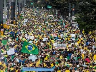 SP - PROTESTO FORA DILMA - GERAL - Protesto contra o governo do PT e fora Dilma organizado pelos movimentos Brasil Livre, Vem Pra Rua e Revoltados ON LINE, na Avenida Paulista em São Paulo, SP, neste domingo (16). 16/08/2015 - Foto: PAULO LOPES/FUTURA PRESS/FUTURA PRESS/ESTADÃO CONTEÚDO