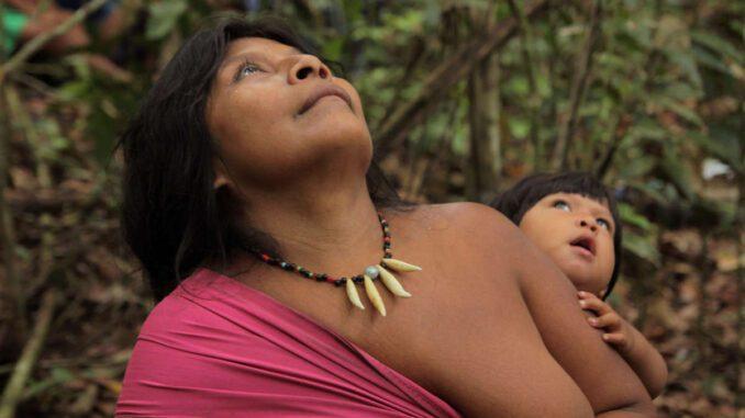 Mulher Awa com o Seu bebê, povo mais ameaçado do mundo